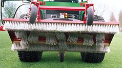 Verti-Brush распределяет материал наполнителя газона щетками